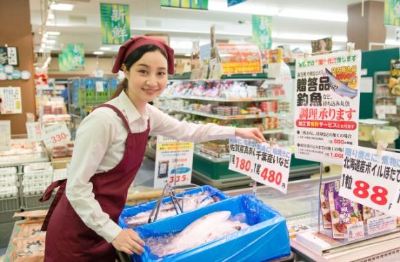 鮮魚売場の女性店員